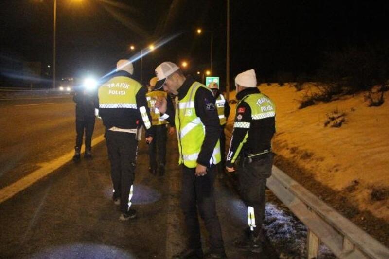 Polisin 'dur' ihtarına uymayarak kaçan otomobildekiler, yola 'uyuşturucu' madde attı