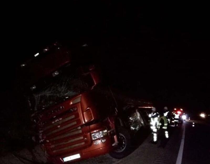 Kastamonu'da su kanalına devrilen TIR'ın sürücüsü yaralandı
