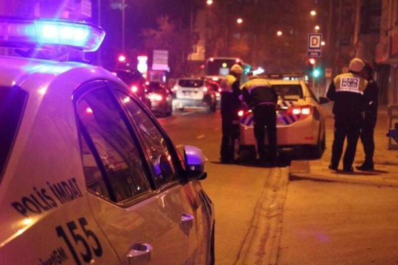 Denizli'de 'dur' ihtarına uymayan sürücü, otomobili polislerin üzerine sürdü: 1 yaralı
