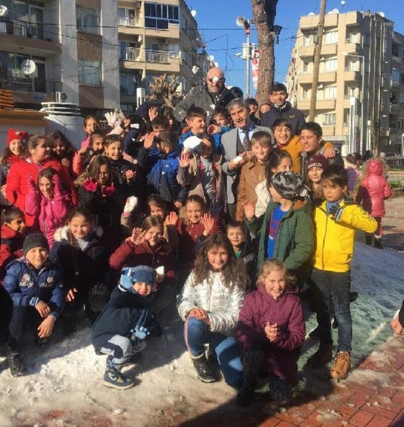 Çocuklar, kamyonlarla getirilen karın keyfini çıkardı