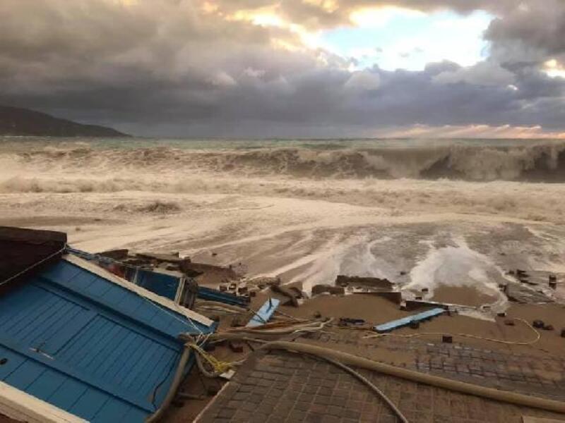 Ölüdeniz'de sahile vuran dev dalgalar kulübeleri yıktı