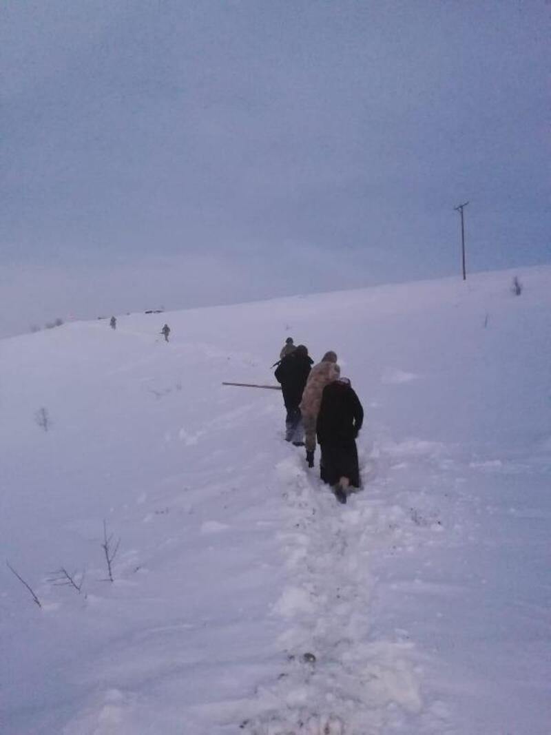 Yolu kardan kapalı köyde rahatsızlanan kadını jandarma kurtardı