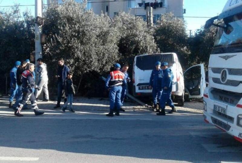 Otomobil, cezaevi nakil aracına çarptı:4'ü asker 5 kişi yaralandı