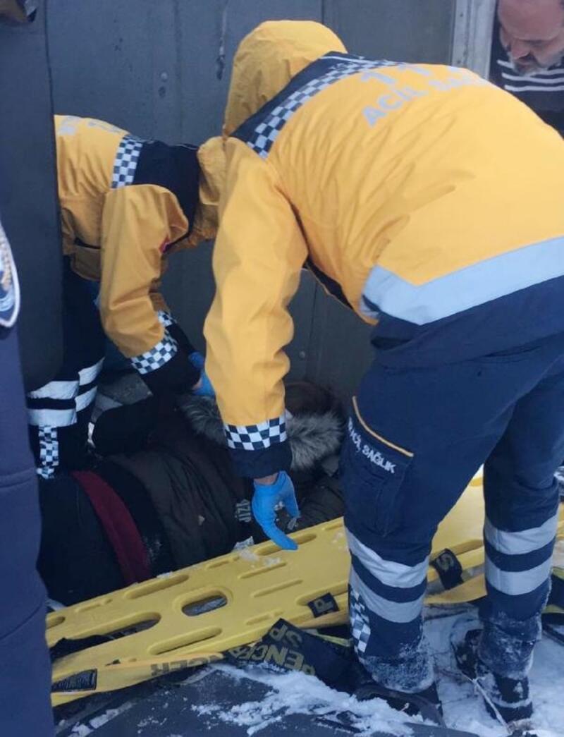 Denizli'de işçi servisi buzlanan yolda devrildi: 12 yaralı