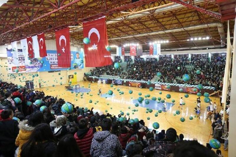 Öğrencilere 5 bin basketbol topu dağıtıldı
