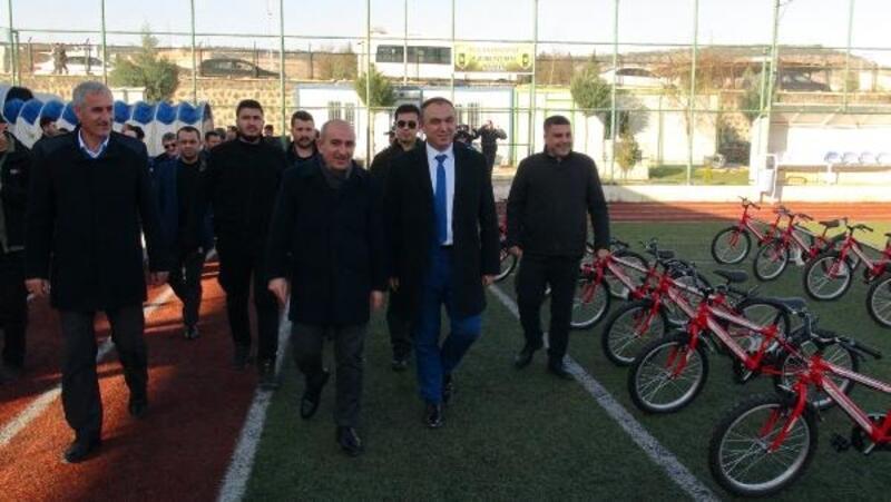 Kilis'te karne alan öğrencilere bisiklet hediye edildi