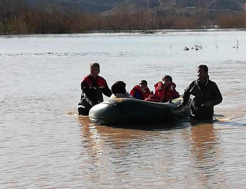 Sulama kanalının taşmasıyla mahsur kalan aileyi itfaiye kurtardı