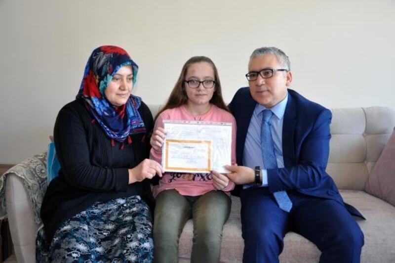 Engelli öğrenciye karnesi evde verildi