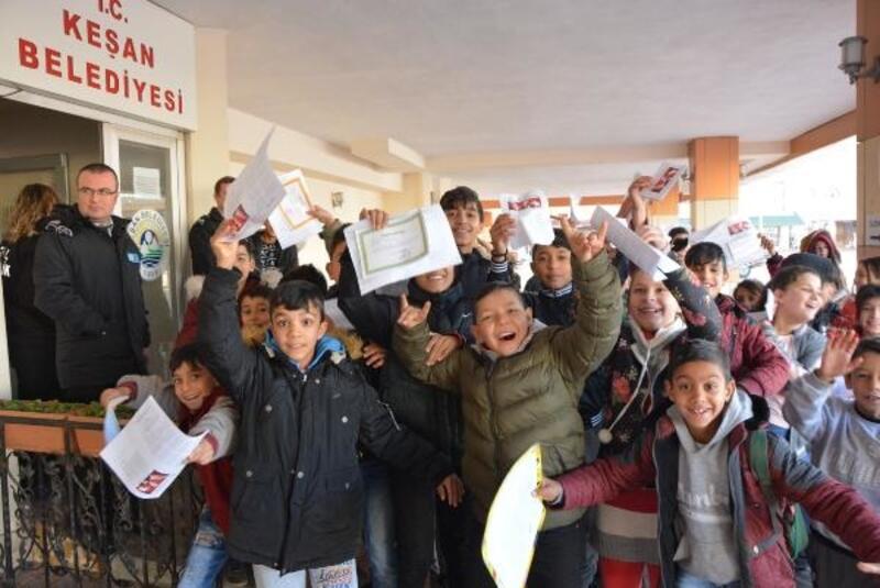 Öğrencilerden belediye başkanının kapısında harçlık kuyruğu
