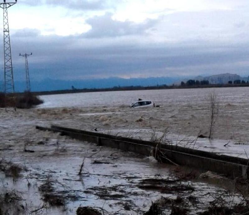 Sel sularına otomobiyle kapılan kadın, kepçeyle kurtarıldı