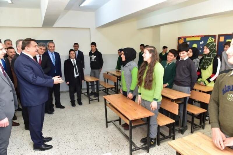 Gürkan, öğrencilerin karne sevincine ortak oldu