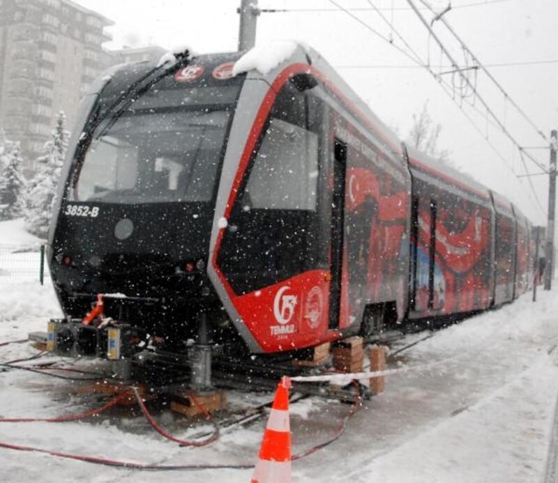 Kayseri'de karda kayan tramvay raydan çıktı