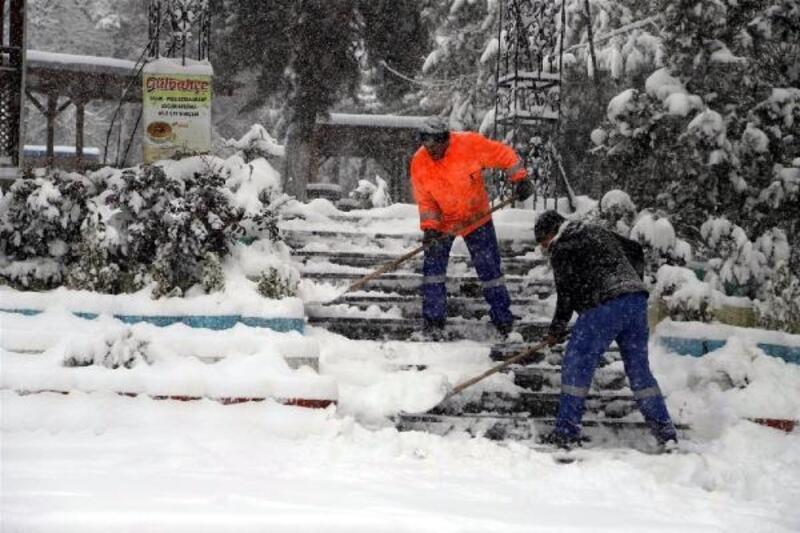 Nevşehir'de kar yaşamı zorlaştırdı