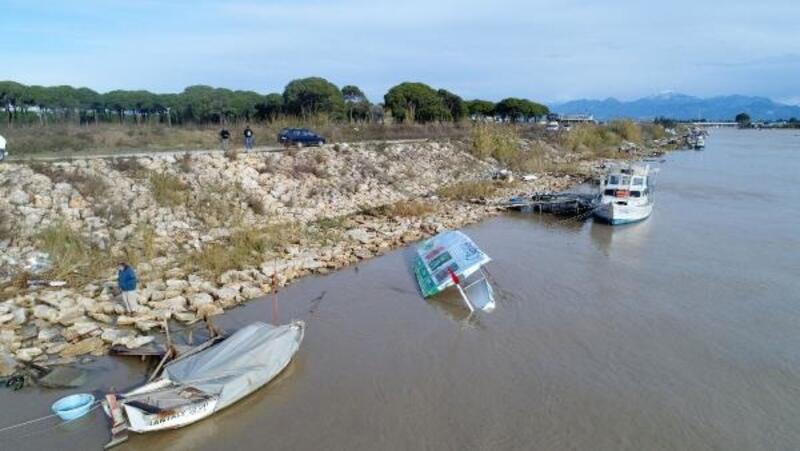 Antalya'da fırtına nedeniyle tekneler alabora oldu