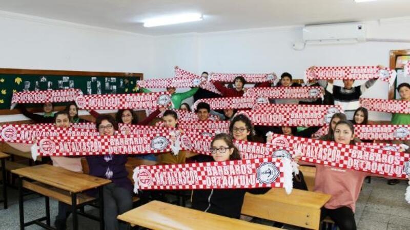 Okul yönetiminden öğrencilere Antalyaspor atkısı