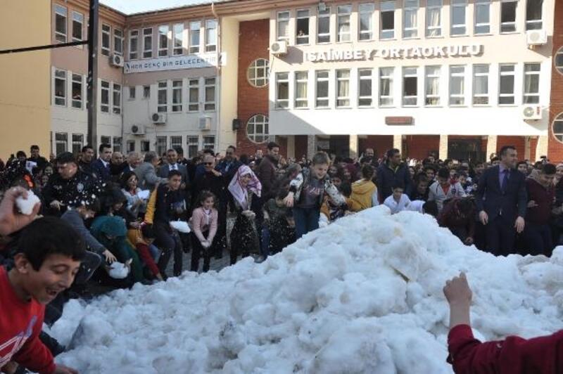 Osmaniye'de öğrencilerin karne hediyesi 'Kar' oldu