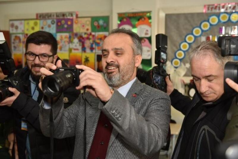 Aktaş, karne alan öğrencilerin fotoğraflarını çekti