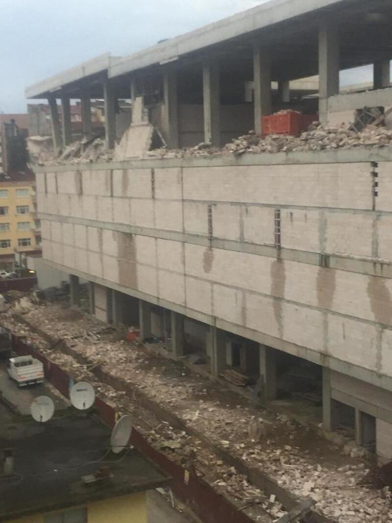Rize'de fırtına duvarları yıktı