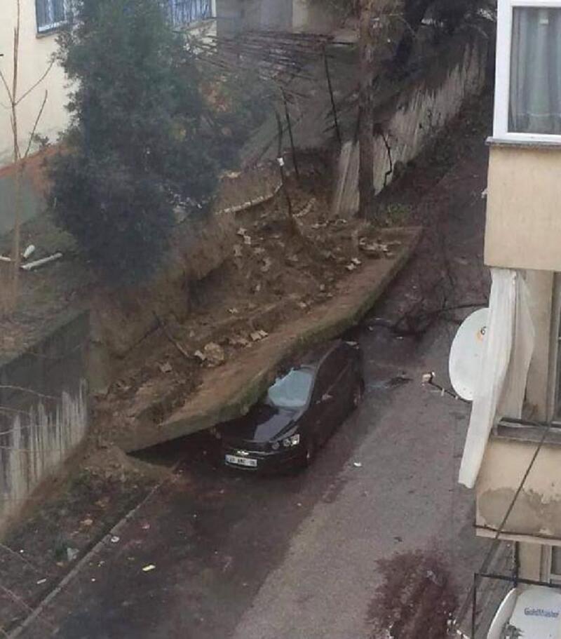Sitenin istinat duvarı otomobilin üzerine devrildi