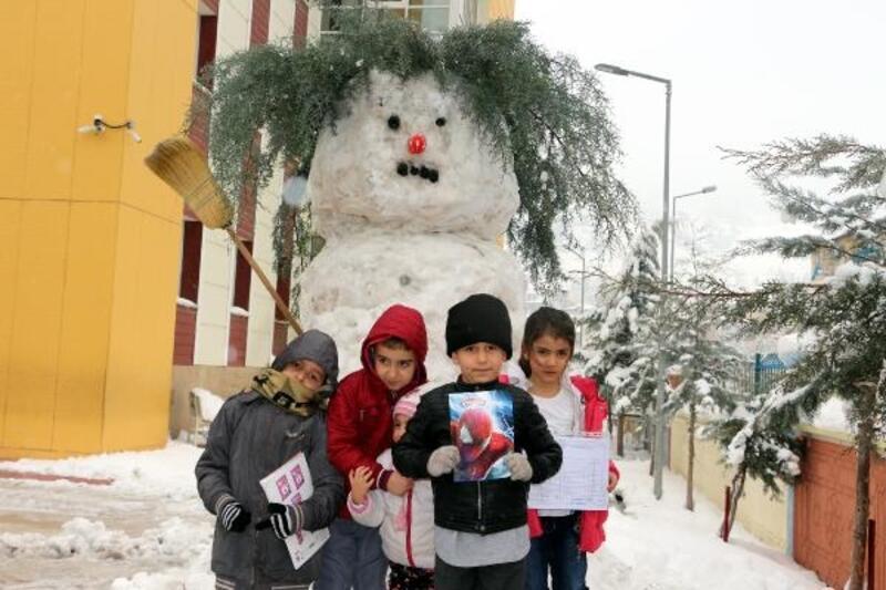Okul müdüründen öğrencilere karne gününde 'kardan adam' sürprizi
