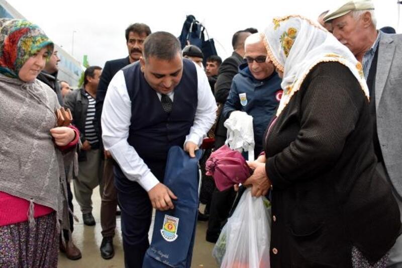 Başkan Can'dan vatandaşa file, pazar arabası ve şemsiye
