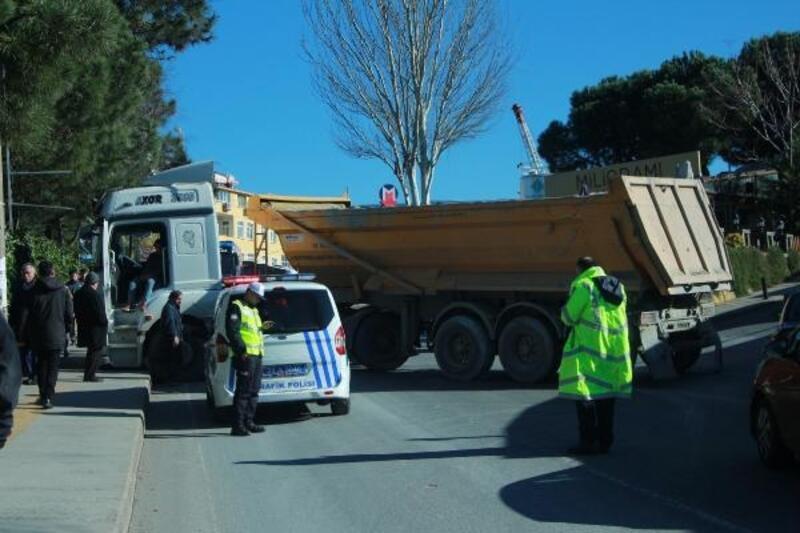 Arıza yapan hafriyat kamyonu yolu trafiğe kapadı