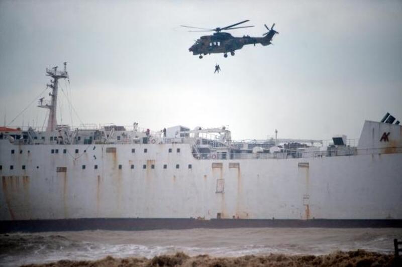Mersin'de karaya oturan gemideki 2 personel kurtarıldı