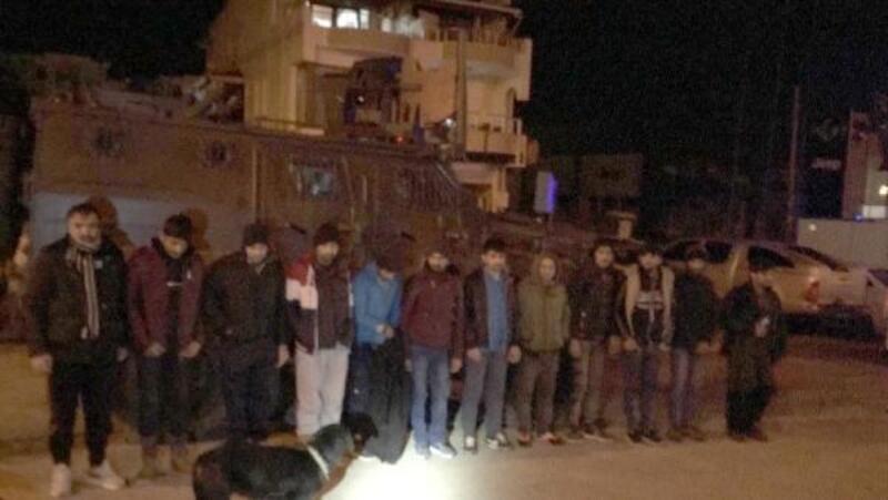 Koltukları sökülen hafif ticari araçtan 12 kaçak göçmen çıktı