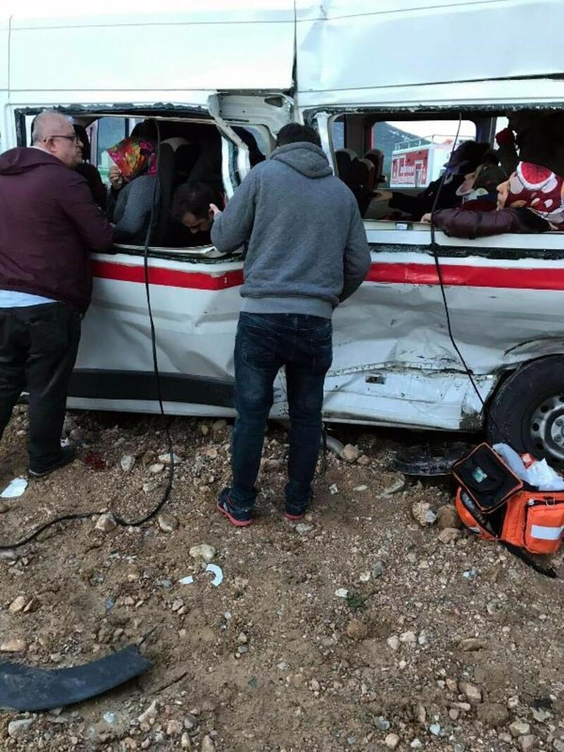 TIR, işçi servisiyle çarpıştı: 15 yaralı