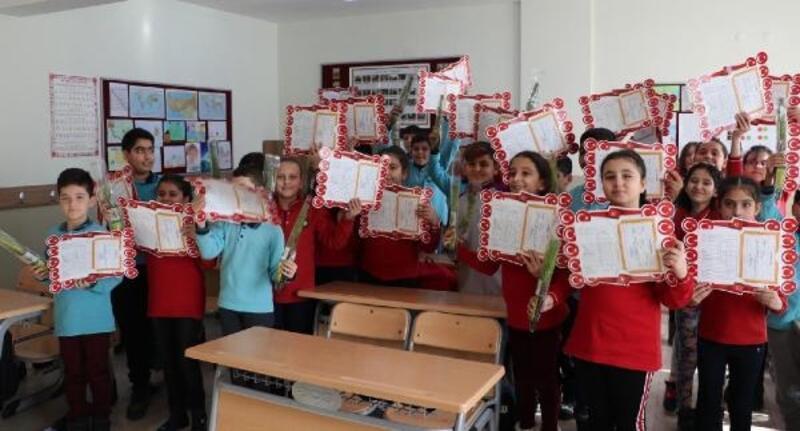 Denizli'de öğrencilerin karne hediyesi çam fidanı oldu