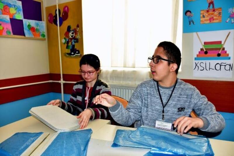 Engelli öğrenciler galoş üretiyor