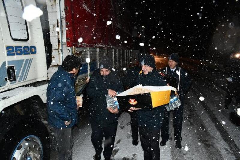 Karda mahsur kalanlara İnegöl Belediyesi kumanya dağıttı