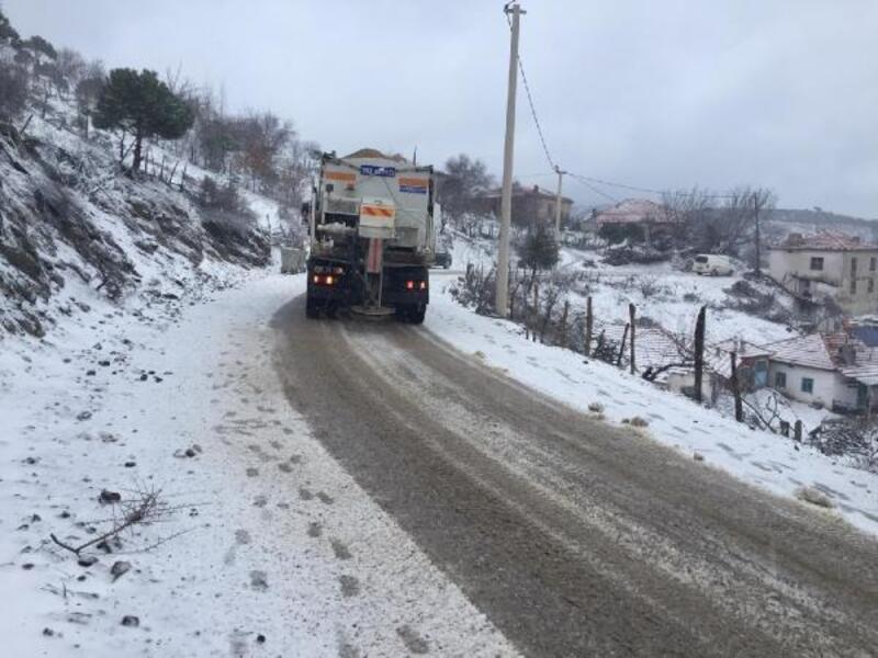 İzmir'de kardan kapanan mahalle yolları ulaşıma açıldı