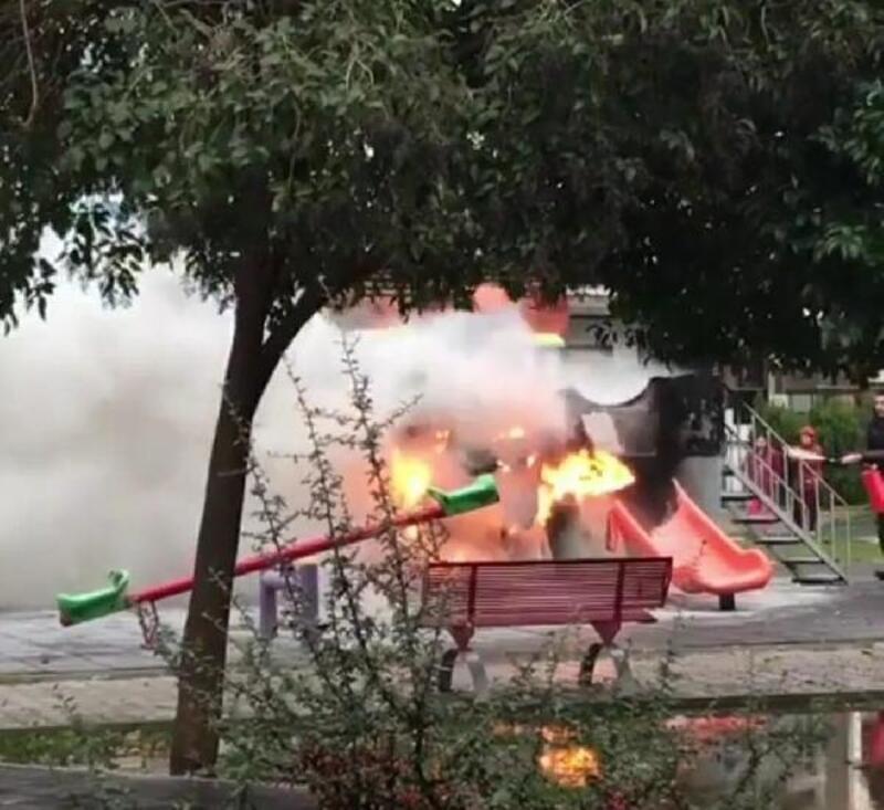 Parktaki oyuncaklar yandı