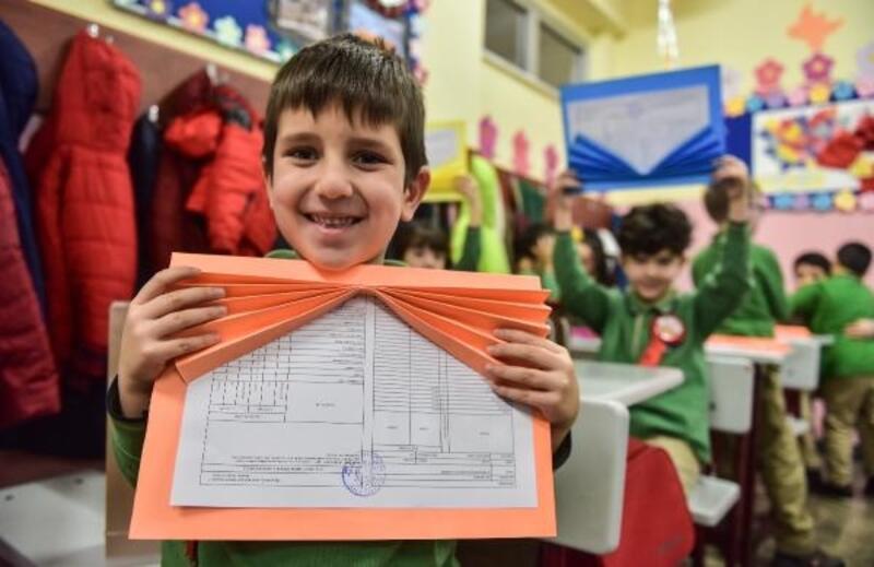 İstanbul Valisi Ali Yerlikaya karne dağıttı