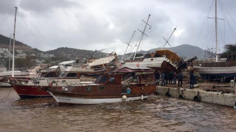 Kaş'ta fırtına teknelere zarar verdi