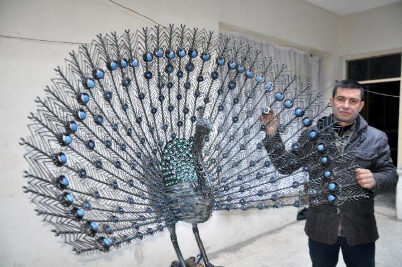 10 bin parça hurdayla tavus kuşu heykeli yaptı