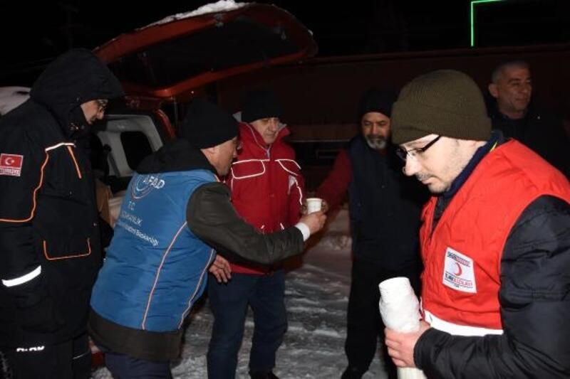 Kütahya'da kar nedeniyle yollarda kalanlara çorba ve kumanya dağıtıldı