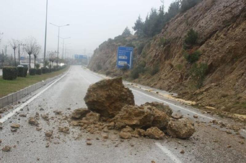 Adana'da evleri su bastı, araçlar yolda kaldı
