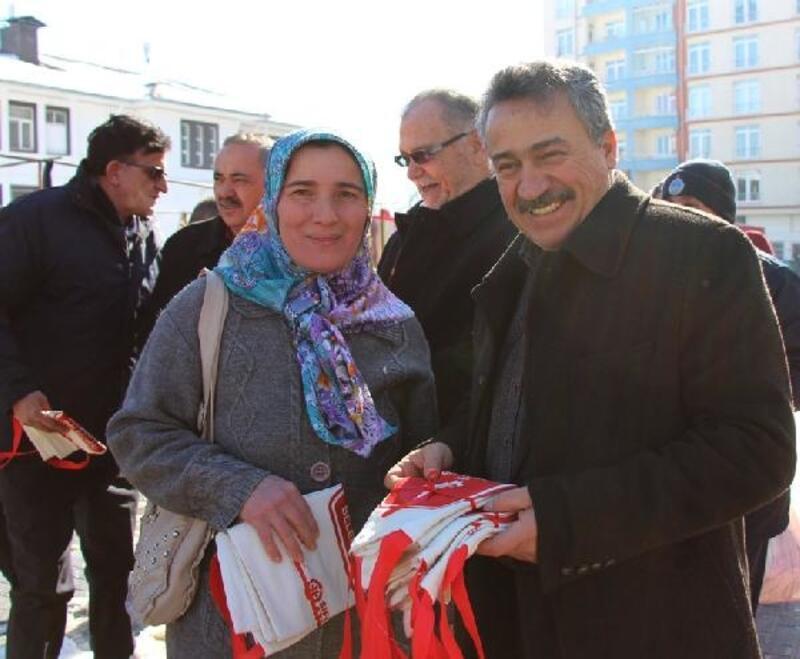 Seydişehir Belediye Başkanı, pazarda bez çanta dağıttı