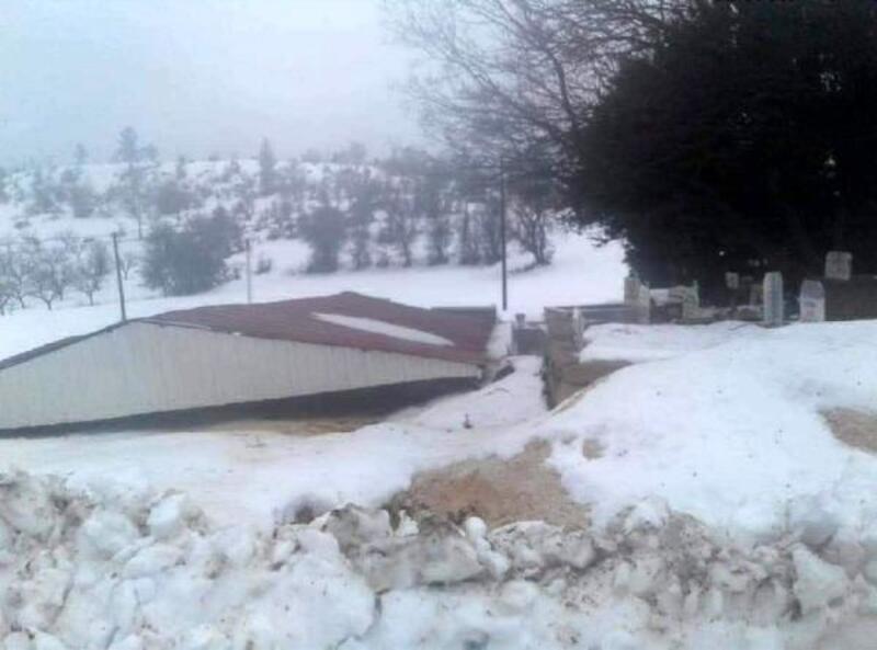 Gülnar'da çatılar uçtu, okullar tatil edildi