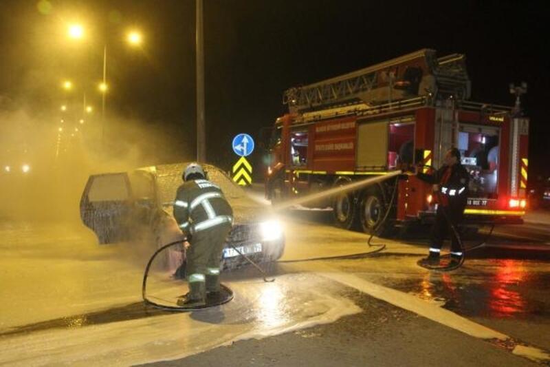 Ayvalık'ta seyir halindeki otomobil yandı