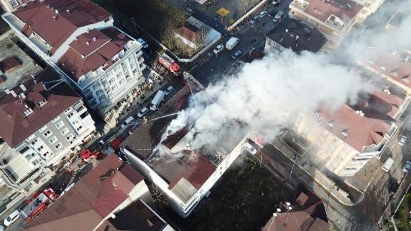 Beylikdüzü'ndeki bir binanın çatısında yangın çıktı