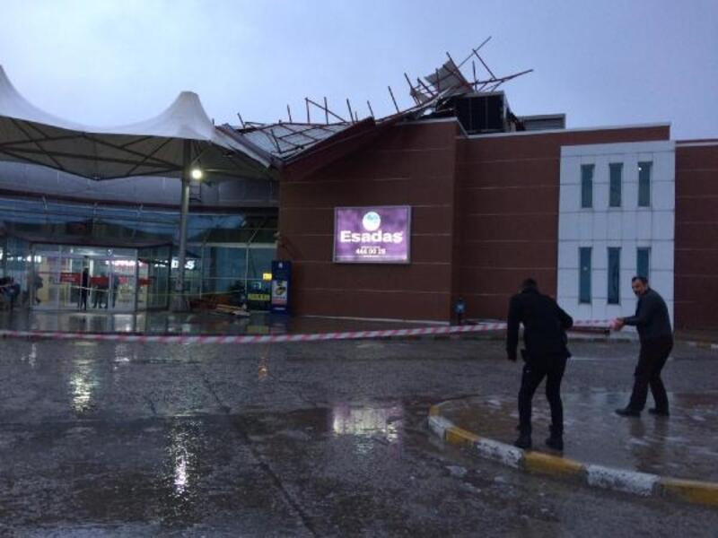 Fırtına, otobüs terminalinin çatısını uçurdu
