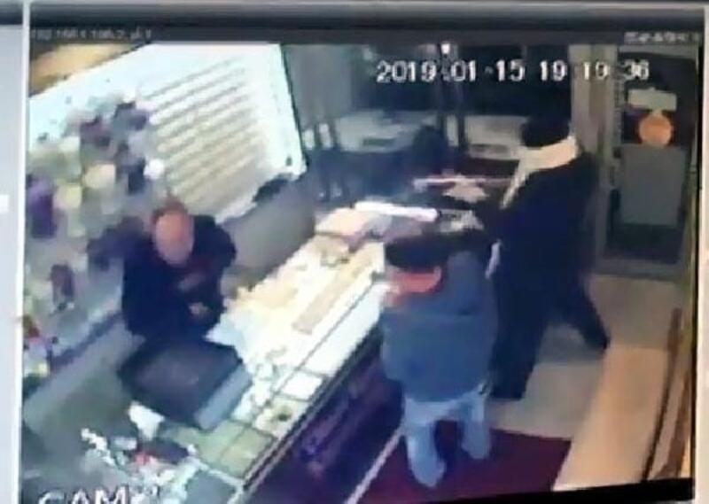 Kuyumcuyu pompalı tüfek ile öldüren soyguncular kamerada