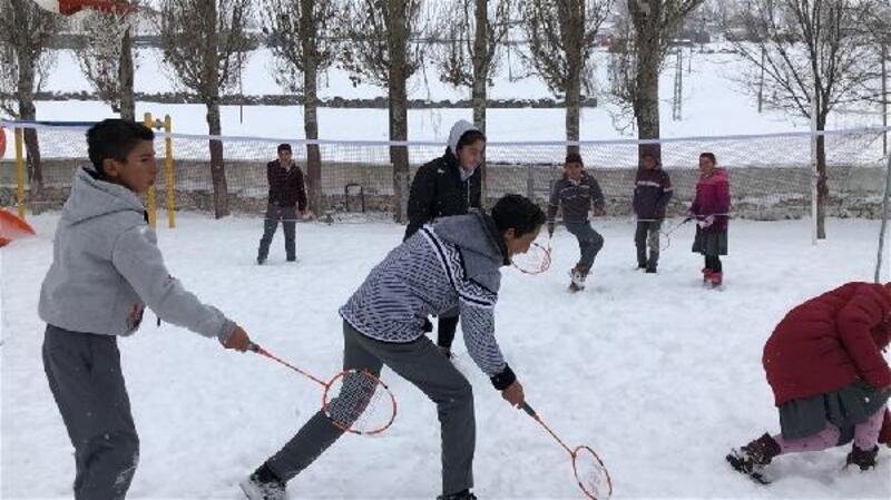 Kars'ta köy okulundaki çocuklar badmintonla tanıştı
