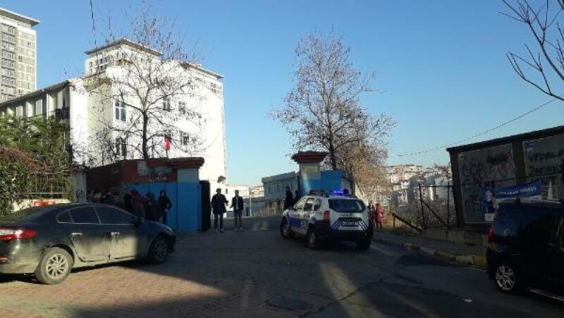 Gaziosmanpaşa'da lise önünde kavga : 2 yaralı
