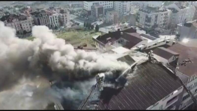 Beylikdüzü'ndeki bir binanın çatısındaki yangın havadan görüntülendi