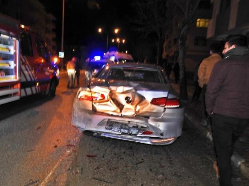 Park halindeki araçlara çarpan sürücü hastaneye kaldırıldı