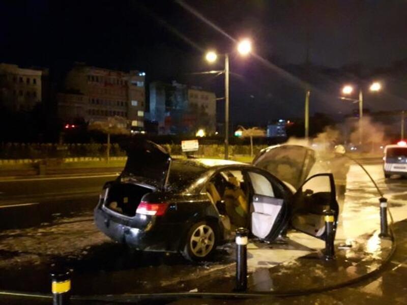 Alev alan otomobil sürücüsü kendisini son anda dışarı attı